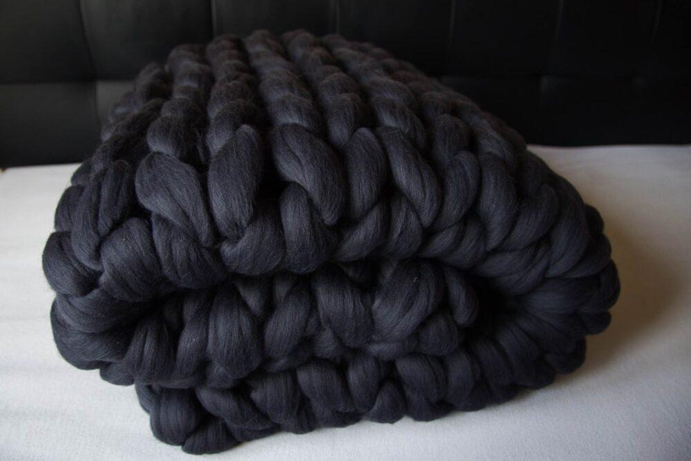 Pletená deka z hrubé vlny v barvě grafit
