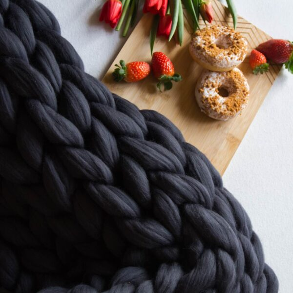 Heboučký ručně pletený vlněný pléd