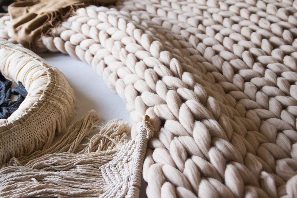Krásný ručně pletený pléd